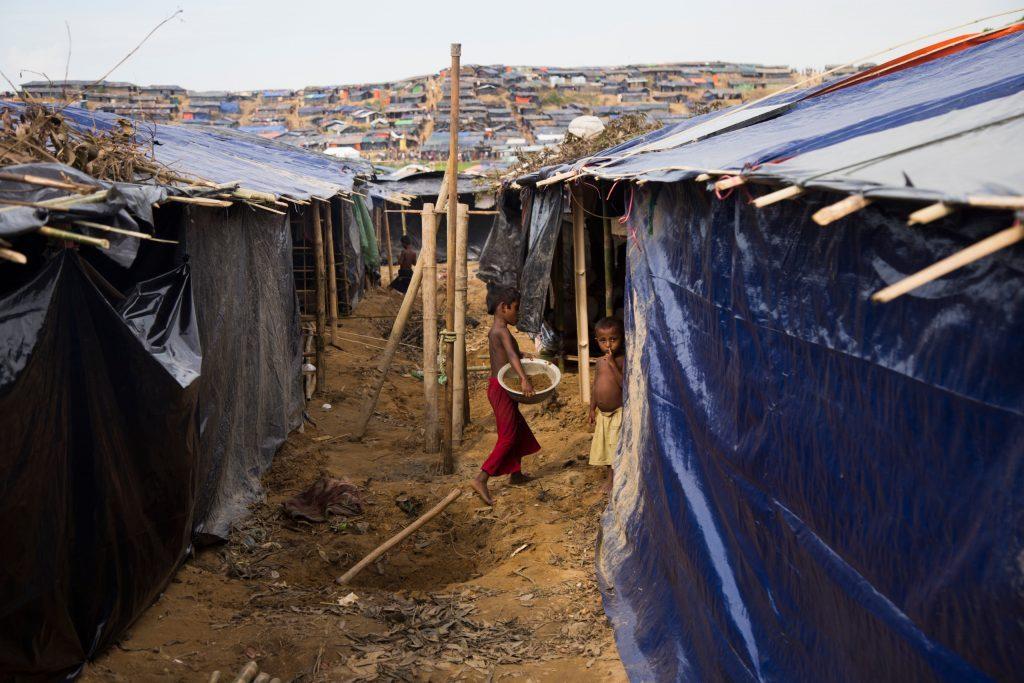 Vue du campement avec des cabanes en bâches en plastique et bambou
