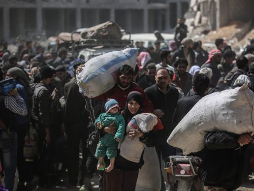 dpatop - Syrian carry belongings while being evacuated from Zamlka in Syria's eastern Al-Ghouta province outside Damascus, Syria, 25 March 2018. Eastern Al-Ghoutha was Syria's main rebel stronghold but anti-regime fighters laid down arms after a deal was brokered which guaranteed combatants and their family members a safe passage to northern Syria. Photo: Anas Alkharboutli/dpa (KEYSTONE/DPA/Anas Alkharboutli)