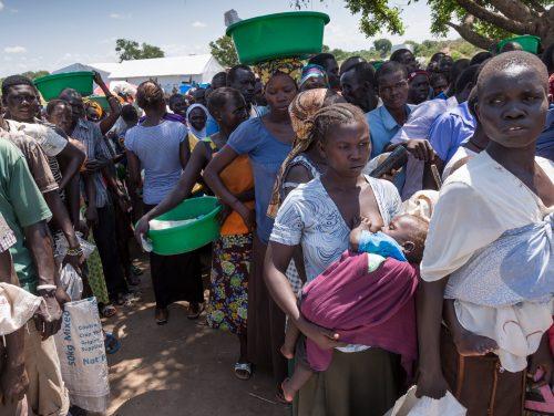 Distribution de nourriture pour 30 jours dans 3 villages deu secteur 5, les réfugiers font la queue par ordre alphabétique.